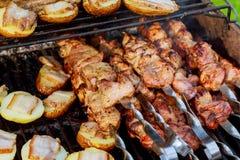Сырцовое приготовление на гриле kebab на протыкальнике металла Жарка мяса на барбекю с овощами Куски отбивной котлеты говядины BB Стоковая Фотография