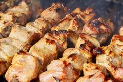 Сырцовое приготовление на гриле kebab на протыкальнике металла Жарка сырого мяса на барбекю Стоковые Изображения