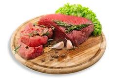 Сырцовое свежее мясо на борту с condiments на белизне Стоковое Фото