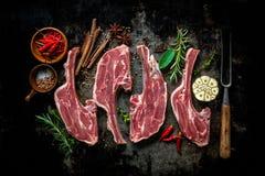 Сырцовое свежее мясо овечки на темной предпосылке Стоковая Фотография