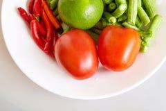 Сырцовое свежих ингридиентов для делать длинными фасолями салат, чили, томат, известку - взгляд сверху, закрыло вверх Стоковые Фотографии RF