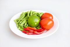 Сырцовое свежих ингридиентов для делать длинными фасолями салат, чили, томат, известку - взгляд сверху, закрыло вверх Стоковая Фотография RF