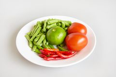 Сырцовое свежих ингридиентов для тайской еды для делать длинными фасолями салат, томат, известку - взгляд сверху, закрыло вверх Стоковое Фото