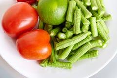 Сырцовое свежих ингридиентов для тайской еды для делать длинными фасолями салат, томат, известку - взгляд сверху, закрыло вверх Стоковые Фото