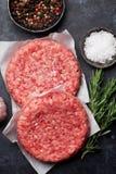 Сырцовое семенить мясо говядины для домашних сделанных бургеров Стоковые Изображения