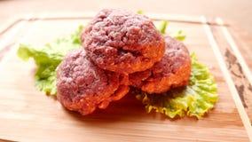 Сырцовое сочное мясо бургера сток-видео