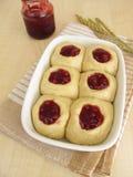 Сырцовое тесто дрожжей с вареньем lingonberry для печь сладостные плюшки Стоковое Изображение RF