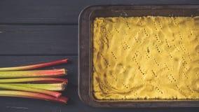 Сырцовое тесто для пирога в лотке выпечки Стоковые Изображения