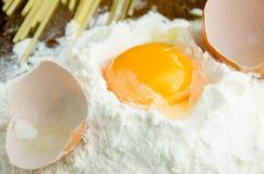 Сырцовое яичко в муке Стоковое Фото