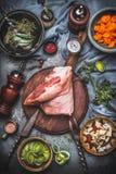 Сырцовое eisbein костяшки свинины, варя подготовку для жаркого с овощами кишки в шарах с деревенским ножом и вилкой мяса на резат стоковые фото