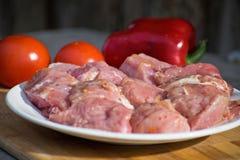 Сырцовое kebab от мяса на деревянной доске с овощами Стоковое Изображение RF