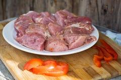 Сырцовое kebab от мяса на деревянной доске с овощами Стоковые Изображения RF