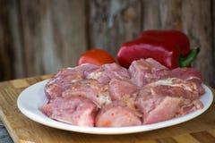 Сырцовое kebab от мяса на деревянной доске с овощами Стоковая Фотография RF