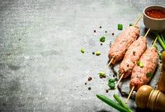 Сырцовое kebab с зелеными луками и томатным соусом Стоковая Фотография RF