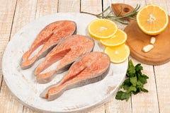 Сырцовое marinated филе форели на деревянной разделочной доске Стоковое Изображение