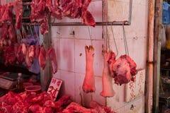 Сырцовое pig& x27; ноги s в рынке Стоковое Изображение RF