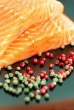Сырцовое salmon готовое для того чтобы сварить близко вверх на черной поверхности Стоковая Фотография
