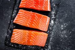 Сырцовое salmon филе на темной предпосылке шифера, одичалой атлантической рыбе, космосе для текста Стоковые Фото