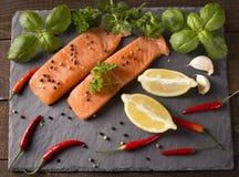 Сырцовое Salmon филе с лимоном Стоковая Фотография