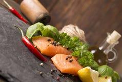 Сырцовое Salmon филе с лимоном Стоковая Фотография RF