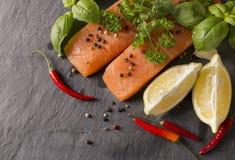 Сырцовое Salmon филе с лимоном Стоковые Изображения