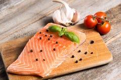 Сырцовое salmon филе с травами Стоковая Фотография
