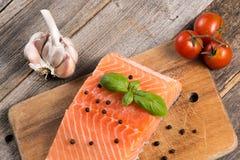 Сырцовое salmon филе с травами Стоковые Изображения RF