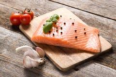 Сырцовое salmon филе с травами Стоковые Фотографии RF