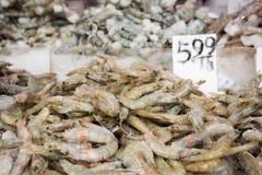 Сырцовое shirmp на стойле рынка Стоковая Фотография RF