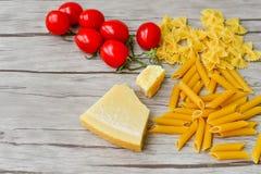 сырцово ингридиенты вишни предпосылки изолировали белизну томата спагетти макаронных изделия стоковая фотография