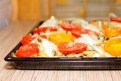 Сырцово chiken на подносе выпечки с томатом и картошкой стоковое изображение rf