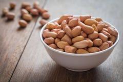 Сырцовые арахисы в белом шаре Стоковая Фотография RF