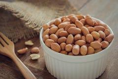 Сырцовые арахисы в белом шаре Стоковые Фотографии RF