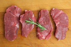 Сырцовые бескостные стейки мяса баранья ноги стоковые фотографии rf