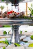 Сырцовые все свежие сырые креветки креветок на льде в винтажном подносе и кальмаре металла Селективный фокус Квадратное изображен стоковые фото