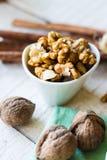 Сырцовые грецкие орехи в белом шаре, белая предпосылка Стоковое Изображение