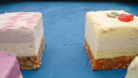 Сырцовые десерты vegan на голубой таблице акции видеоматериалы