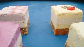 Сырцовые десерты vegan на голубой таблице сток-видео
