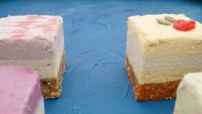 Сырцовые десерты vegan на голубой таблице видеоматериал
