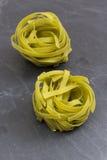 Сырцовые зеленые макаронные изделия tagliatelle на плите шифера Стоковое Изображение RF