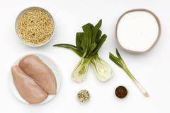 Сырцовые ингредиенты для шара очень вкусного цыпленка Laska и лапш с овощами и специей стоковые фотографии rf