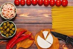 Сырцовые ингридиенты для макаронных изделий морепродуктов на деревянном столе Стоковые Изображения