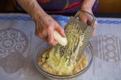 Сырцовые картошки shredded на терке стоковые изображения