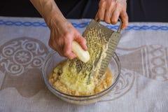 Сырцовые картошки shredded на терке стоковое изображение rf