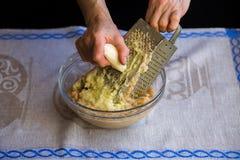 Сырцовые картошки shredded на терке стоковое фото