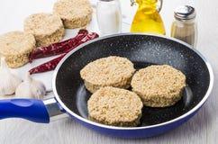 Сырцовые котлеты в сковороде, condiments, постное масло, соль, peppe Стоковые Фото