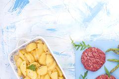 Сырцовые котлеты от говядины для барбекю и картошек Мясо для варить обед и специи и спаржу Предпосылка для текста Плоское положен стоковое изображение