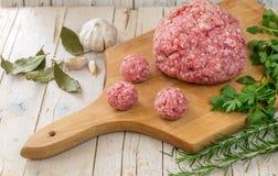 Сырцовые котлеты стейка мяса говяжего фарша с травами и специями на whit Стоковые Изображения