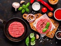 Сырцовые котлеты стейка мяса говядины для бургера с специями и овощами Стоковая Фотография RF