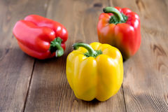 Сырцовые красивые желтые и красные перцы на деревянном конце салата предпосылки вверх по Vegetable еде здоровых и диеты Стоковая Фотография RF